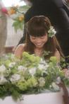 うつむくダウンヘアの花嫁