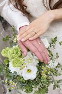グリーン多めのブーケと結婚指輪がふたりらしい