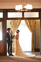 旧細川侯爵邸のテラスでタキシードとウェディングドレスを着てフォトウェディング