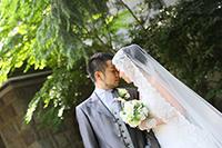 旧細川侯爵邸の入り口でタキシードとウェディングドレスを着てフォトウェディング