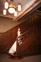 旧細川侯爵邸の階段でウェディングドレスを着てフォトウェディング