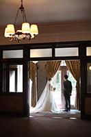 旧細川侯爵邸のテラスでウェディングドレスとタキシードを着てフォトウェディングをする新郎新婦