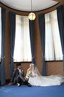旧細川侯爵邸でウェディングドレスとタキシードを着てフォトウェディングをする新郎新婦