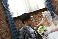 旧細川侯爵邸のウェディングドレスとタキシードを着てフォトウェディングをする新郎新婦