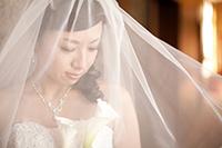 旧細川侯爵邸のウェディングドレスとベールでロケーション前撮りをする新婦