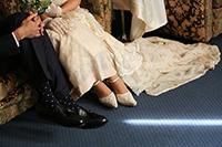 旧細川侯爵邸で洋装でロケーション前撮りをする新郎新婦の足元のイメージ写真