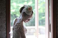 旧細川侯爵邸のテラスでドレスのロケーション前撮りをする新婦