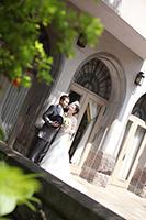 旧細川侯爵邸のテラスでドレスとタキシードでフォトウェディング撮影をする新郎新婦