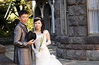 旧細川侯爵邸のお庭でドレスとタキシードでフォトウェディング撮影をする新郎新婦