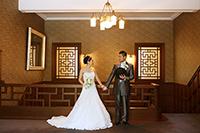 旧細川侯爵邸でドレスとタキシードでフォトウェディング撮影をする新郎新婦