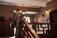 旧細川侯爵邸でドレスとタキシードで向かい合いフォトウェディング撮影をする新郎新婦