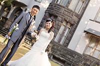 旧細川侯爵邸の前庭で邸宅を背景にフォトウェディング撮影をする新郎新婦