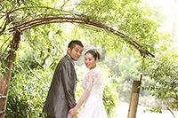旧細川侯爵邸の前庭でフォトウェディング撮影をする新郎新婦