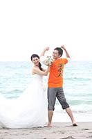 湘南の海でウェディングドレスと思い出のTシャツをきてフォトウェディング