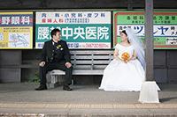 ホームで江ノ電を待ちながらドレスとタキシードでフォトウェディング