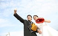 二人の思い出の野球グローブとボールを持ちドレスとタキシードでフォトウェディング