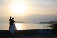 江ノ島の夕日を背景に洋装で海ローケーションフォト