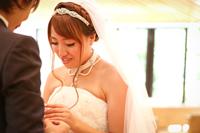 チャペルでウェディングフォトを撮る、ウェディングドレスを着て指輪交換をする新婦