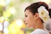 東京の日本庭園で、フォトウェディングをする白無垢姿の新婦の、ヘアスタイルがわかる横顔