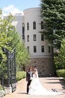 教会で、ウェディングフォトのロケーションフォトを撮るタキシードとウェディングドレスを着た新郎新婦