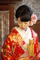 旧古河庭園洋館で和装の婚礼前撮り写真を撮る赤い色打掛の新婦の一人の写真
