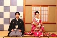 旧細川侯爵邸の市松柄のある和室で和装の婚礼前撮りで正座をする新郎と赤い色打掛の新婦