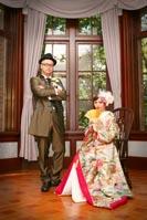 旧前田侯爵邸の居室でポーズをきめるフロックコートを着る新郎と色打掛を着る新婦の和装と洋装の婚礼前撮り写真