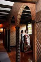 内装の美しい旧細川侯爵邸で見つめあうタキシードを着た新郎と色打掛の新婦のフォトウェディング