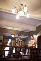 旧細川侯爵邸でタキシードを着た新郎と色打掛を着た新婦の婚礼前撮り写真