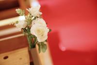チャペルでフォトウェディングを挙げるカップルの会場装花のイメージカット