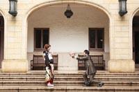 旧前田侯爵邸の石造りのテラスでプロポーズする洋装の新郎と黒引き振袖を着た新婦のフォトウェディング