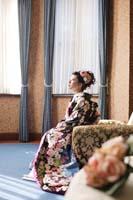旧細川侯爵邸の青い内装が美しい居室でソファーに座る色打掛を着た新婦の和装の婚礼前撮り写真