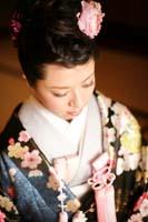 旧細川侯爵邸で和装の婚礼前撮り写真を撮る青と黒の色打掛を着る新婦のヘアメイクがわかる写真