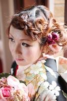 旧前田侯爵邸で和装の婚礼前撮り写真を撮る、黒引き振袖を着た新婦の編み込みのわかるヘアカタログの写真
