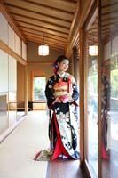 お茶室の縁側で一人たたずむ黒引き振袖を着た新婦の和装の前撮りフォトウェディング