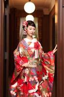 旧細川侯爵邸の廊下で一人たたずむ赤い色打掛を着た新婦の和装の婚礼前撮り写真