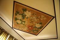 旧細川侯爵邸の天井の装飾を写した和装の婚礼前撮りのイメージカット