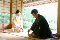 和装で前撮りをお茶室で白と金の刺繍の打掛を着た新婦とお茶を点てるのが趣味の新郎の個性がでる写真