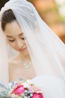 チャペルでフォトウェディングを挙げる、ウェディングドレスの新婦の写真