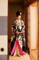 旧細川侯爵邸の和室でたたずむ黒い打掛を着た新婦の和装の婚礼前撮り写真