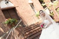 チャペルでウェディングフォトを撮る新婦の振り向いた瞬間の写真