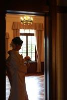旧前田侯爵邸の自然光が入る明るい居室でブーケを持ち一人たたずむ新婦のドラマチックなウェディングフォト