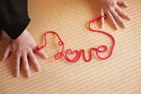畳の上で赤い糸の小道具を使った和装の前撮り写真のポーズ