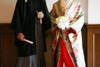 紋付き袴を着た新郎と緑色の色打掛を着た新婦のフォトウェディングのイメージカット