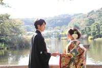 横浜鎌倉三渓園 光きらめく日本庭園の広大な池のほとりでの和装前撮り