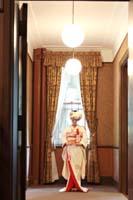 旧細川侯爵邸で和装の婚礼前撮りを撮る白無垢姿の新婦一人の写真