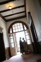 旧古河庭園洋館で逆光のなかドラマチックなフォトウェディングを撮る和装の新郎と色打掛の新婦