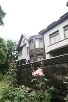 旧細川邸侯爵邸のバラが咲く時期の外観の写真