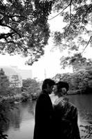 東京の紅葉がきれいな日本庭園で、和装の前撮りをする新郎新婦のドラマチックなモノクロ写真