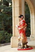 旧前田侯爵邸の石造りのテラスで一人たたずむ赤い色打掛の新婦の和装婚礼前撮り写真